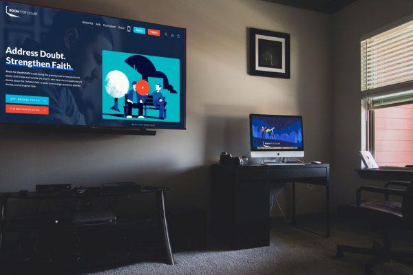 Room-flatscreen-computer-
